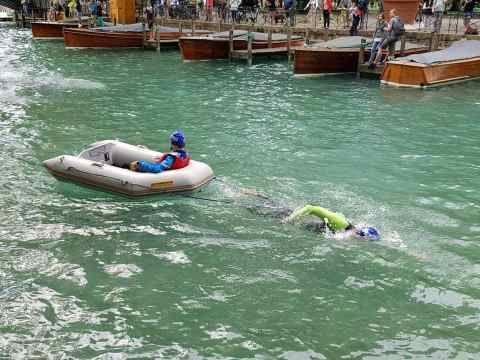 Pour l'épreuve de nage, Valentin tracte Théo, installé dans un bateau. - Aucun(e)