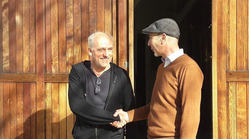Philippe Poutou serre la main de son nouveau co-listier, le député LFI Loïc Prud'homme, qui figurera en 65e position.