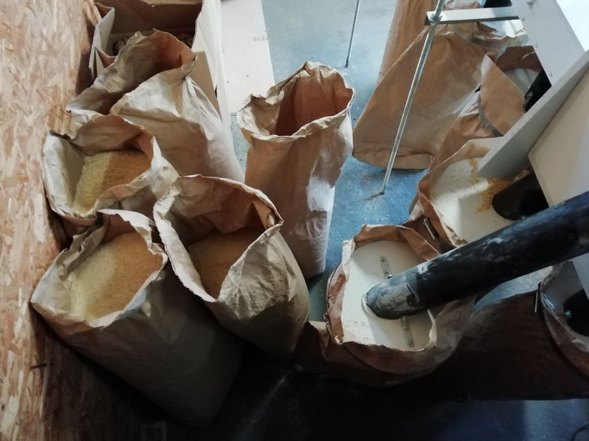 Una vez que los granos de los moldes de maíz, la harina se recupera en bolsas grandes