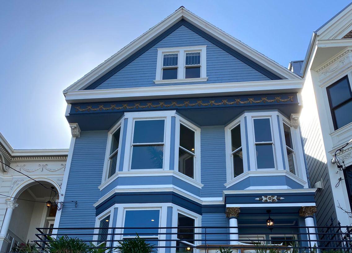 """EN IMAGES - On a visité la """"maison bleue"""" chantée par Maxime Le"""