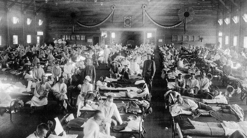 Au Kansas, en 1918, des centaines de patients sont pris en charge dans cet entrepôt de l'armée américaine. © NYPL/Science Source