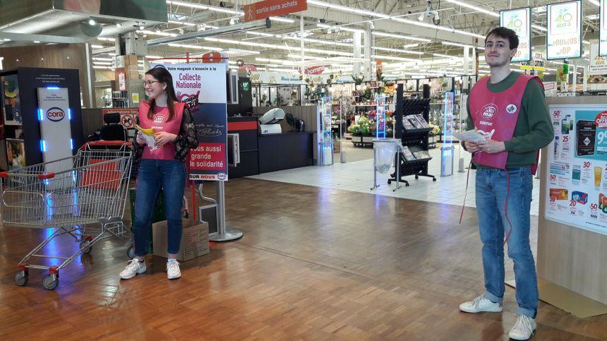 Certains bénévoles du Restos du Coeur, mobilisés dans un hypermarché d'Essey-lès-Nancy. - Radio France