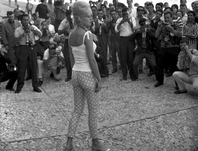 La comédienne Brigitte Bardot vêtue d'un pantalon à pois à Spolète, Italie, août 1961