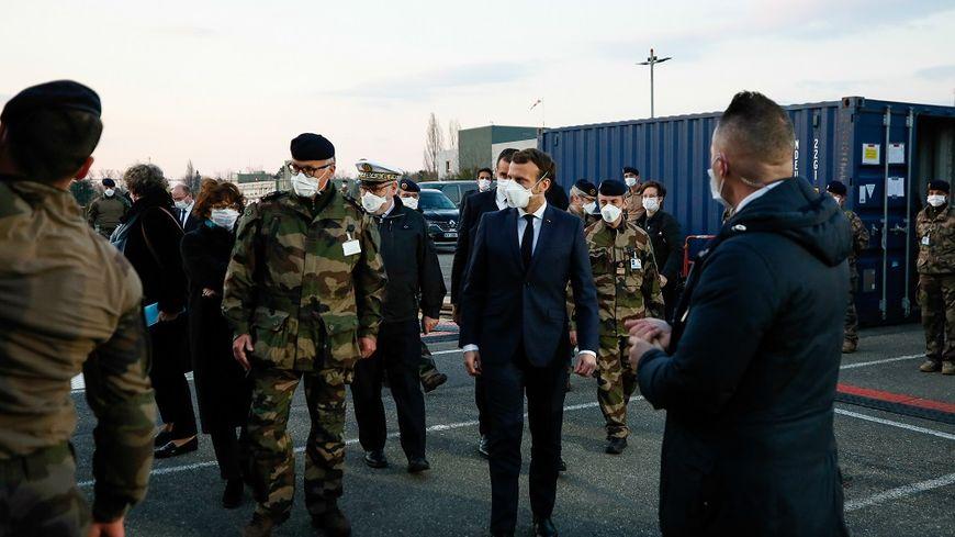 En pleine crise sanitaire, Emmanuel Macron s'est rendu mercredi 25 mars, à l'hôpital de campagne de l'armée à Mulhouse.