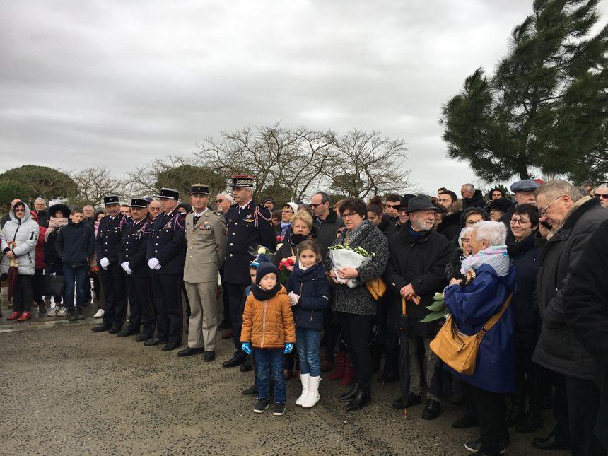 Les familles des victimes et les sinistrés se sont retrouvés au mémorial et se sont soutenus pendant la cérémonie. - Radio France