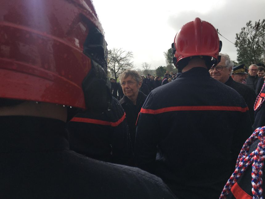 La ministre de la Transition écologique et solidaire a salué les pompiers de la Vendée. - Radio France