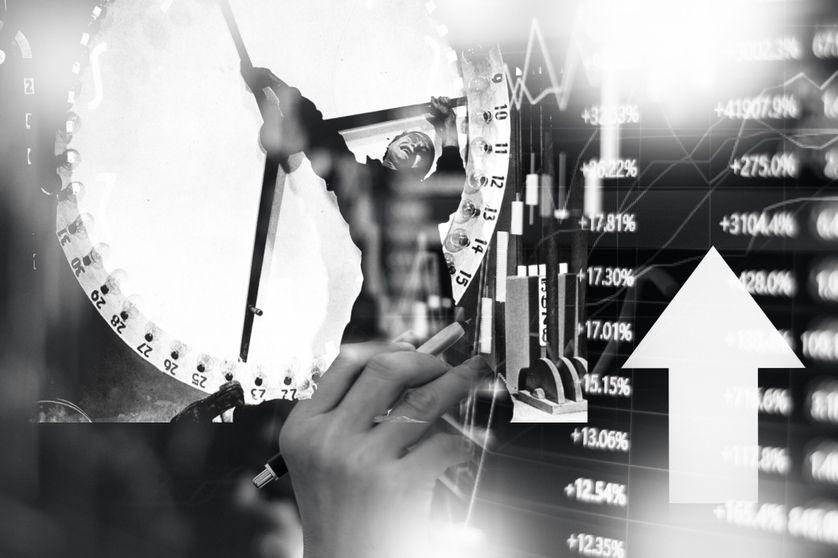 """Extrait du film """"Metropolis"""" de Fritz Lang, la séquence dans l'usine, associée à un gros plan d'une main analysant les données boursières sur un écran. A. Supiot analyse la mise en place d'un « ordre normatif entièrement régi par le calcul »."""