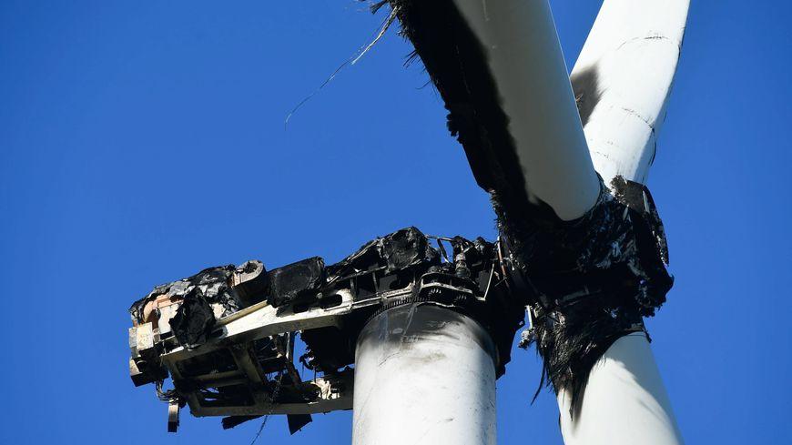 Aveyron : une éolienne en feu menace de tomber, des départementales sont coupées
