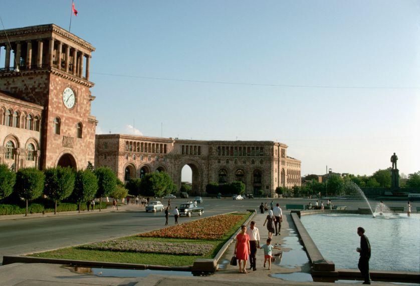Erevan, la place Lénine et ses constructions de tuf rose, 1967