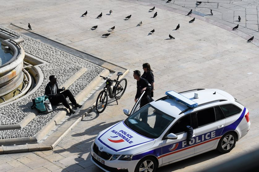 Des policiers contrôlent un livreur Deliveroo