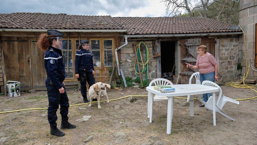 Les gendarmes de la cob de Felletin rendent visite à une personne âgée.