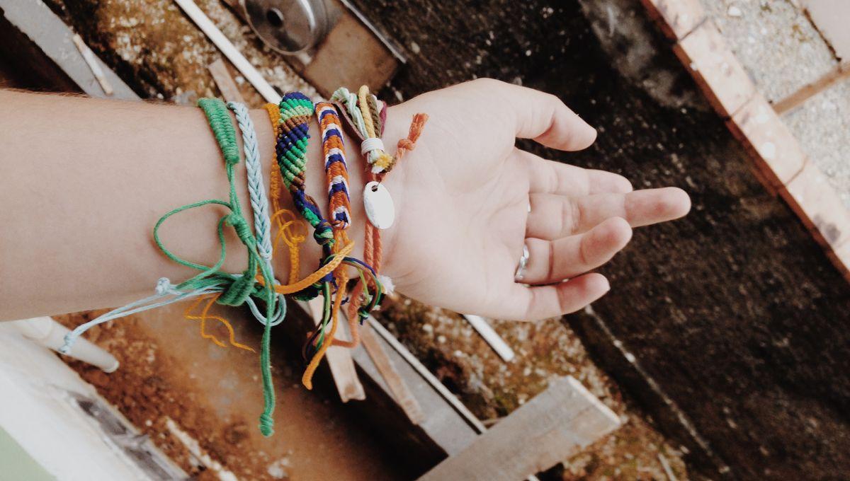 On S Occupe Pendant Le Confinement Des Bracelets En Fils Faits Main