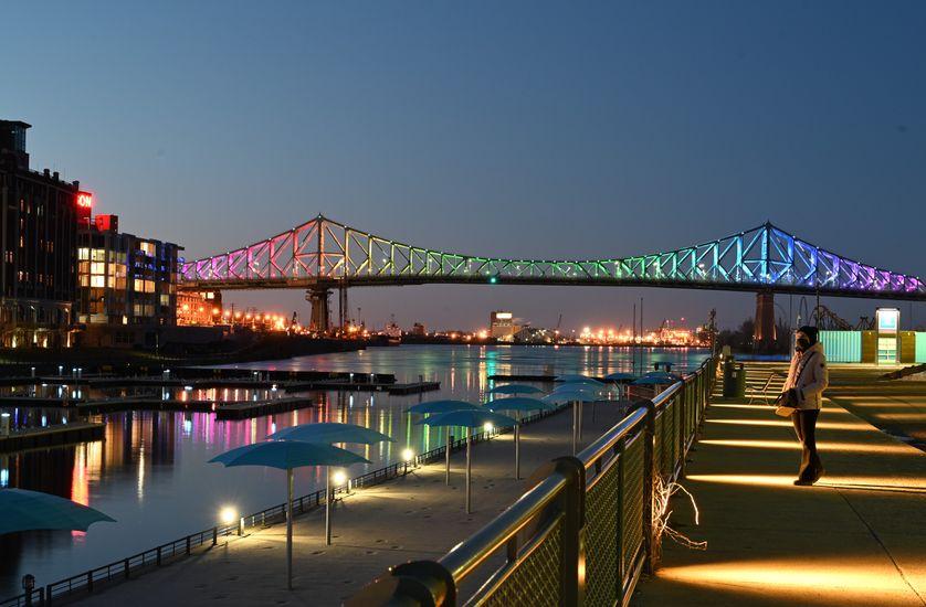 Le pont Jacques-Cartier illuminé aux couleurs de l'arc-en-ciel en signe d'espoir , Montréal, le 11 avril 2020