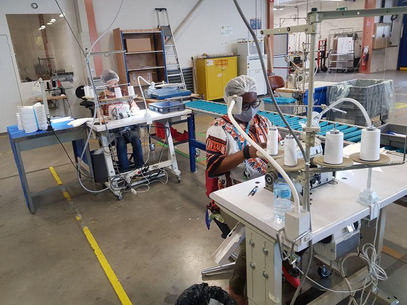 Atelier de fabrication de masques au sein de l'entreprise adaptée APF France handicap d'Echirolles.