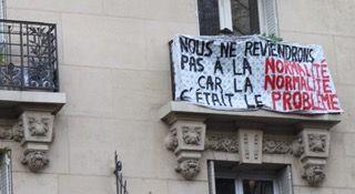 Banderolle accrochée au balcon d'un immeuble du boulevard Barbès, Paris 18eme pendant le confinement.