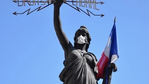 La Marianne et le poilu du monument aux morts portent un masque contre le coronavirus pour inciter les gens à en porter un