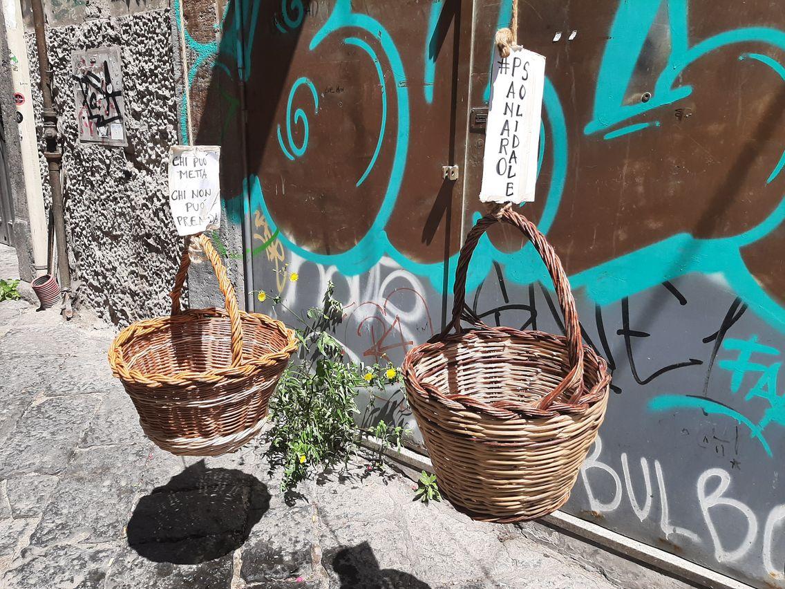 """Les paniers solidaires fleurissent dans les vicoli de Naples, """"celui qui peut donne, celui qui ne peut pas prend"""""""