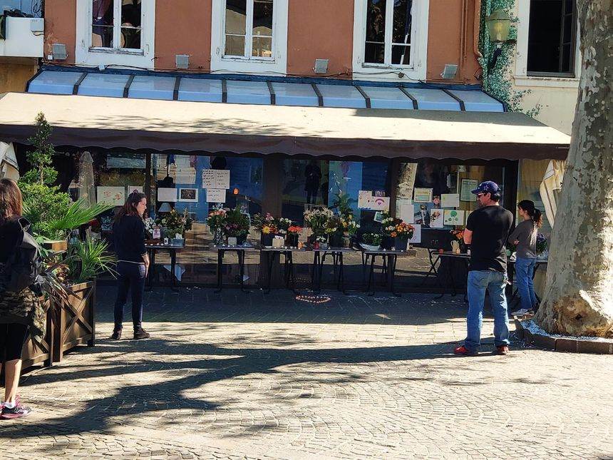 Devant La Charrette, café théâtre que tient la famille Vinson à Romans-sur-Isère - Radio France