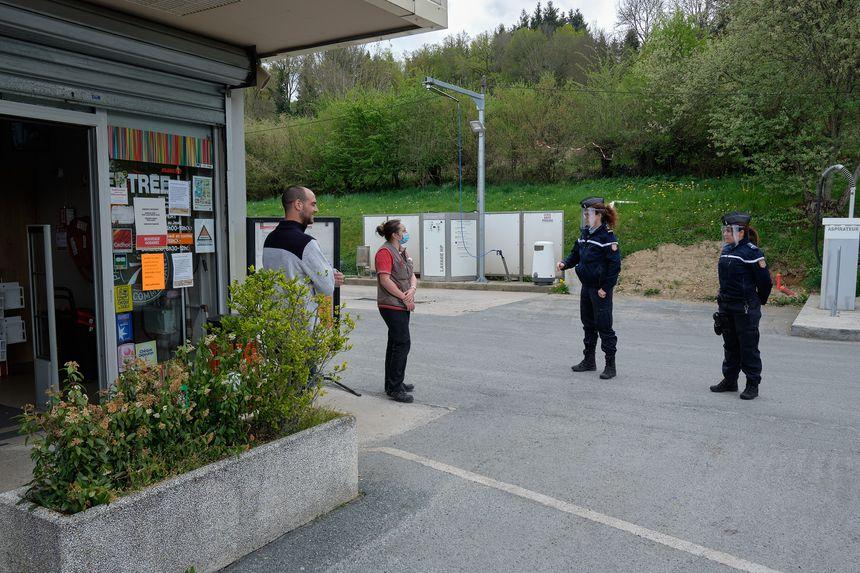 Les gendarmes de Felletin, en pleine discussion avec la population.