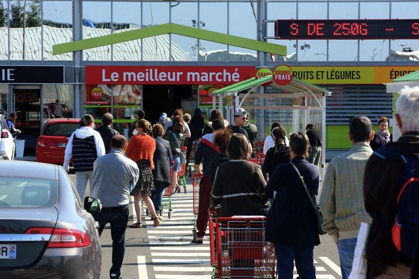 Queue à l'entrée d'une grande surface alimentaire à Sochaux, 11 avril 2020