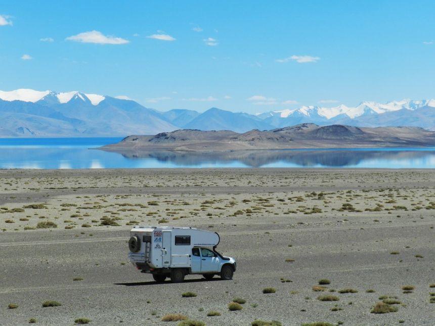 La famille voyage au Pérou en pick-up aménagé.