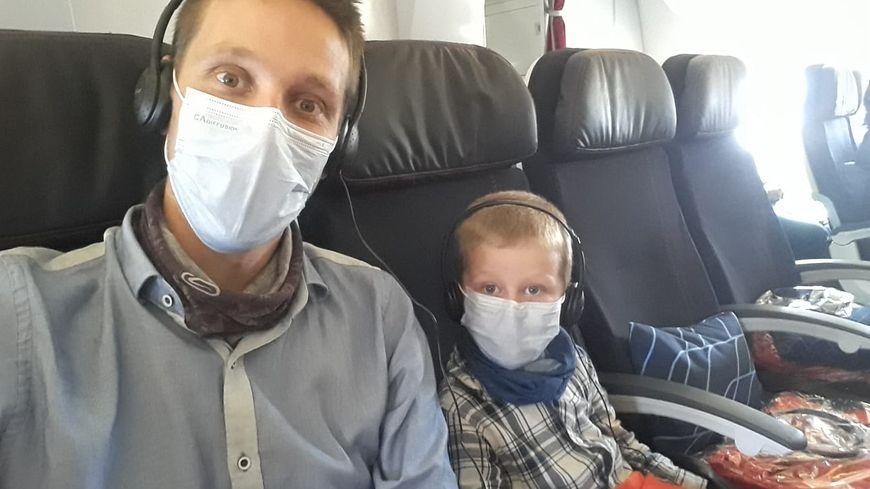 Hugo et son fils Léon dans l'avion qui les ramène en France.