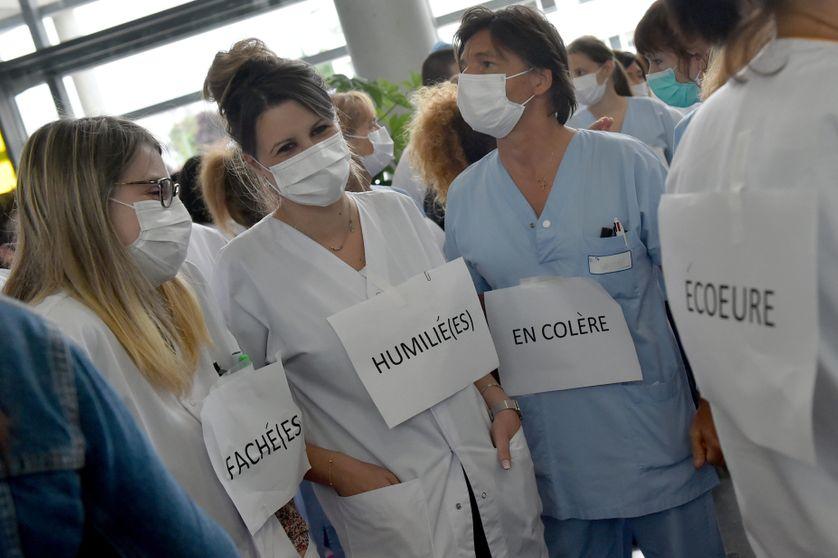 Débrayage du personnel soignant au CHU Nord de Saint-Etienne pour dénoncer les conditions de restructuration de l'hôpital public, le 12 mai 2020