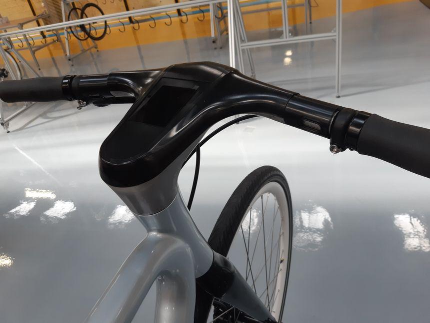 Un écran tactile permet de connecter le vélo à son smartphone