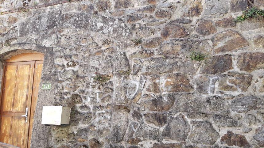 Tags en partie nettoyés sur les murs du temple maçonnique de Serrières