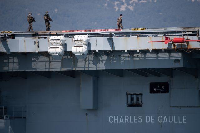 Military mascherato Patrolt Patrols sul titolare dell'aeromobile Charles de Gaulle il 12 aprile 2020, a Tolone (VAR).
