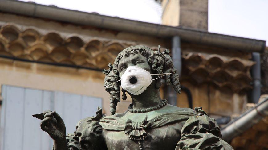 A Grignan, la statue de Madame de Sévigné recouverte d'un masque