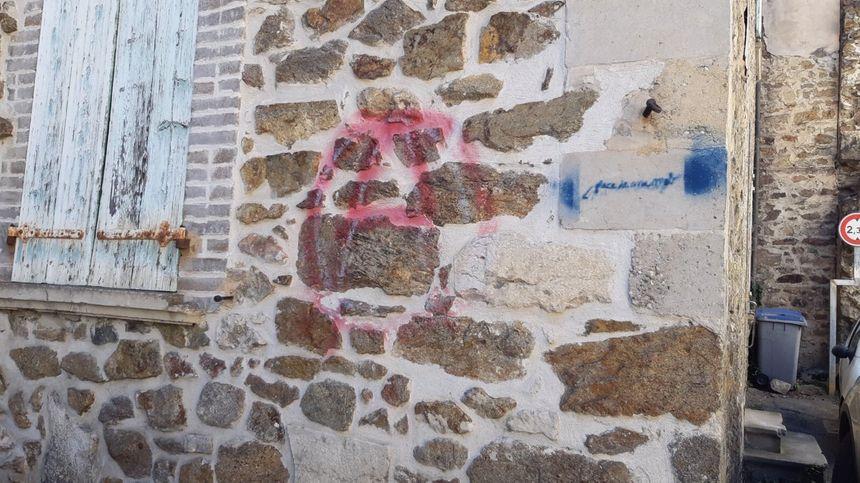 Autre tag sur la façade du temple maçonnique de Serrières