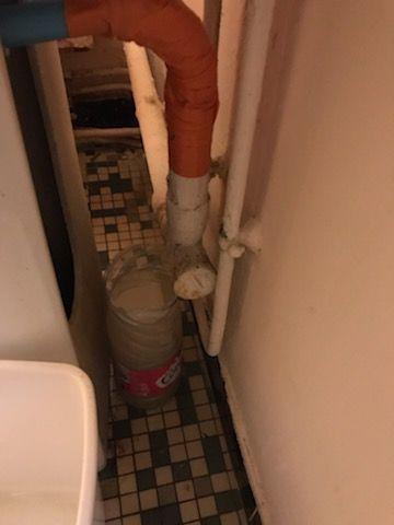 Photo prise par le collectif DAL - Liberté dans un appartement mal entretenu d'un immeuble à Bagnolet