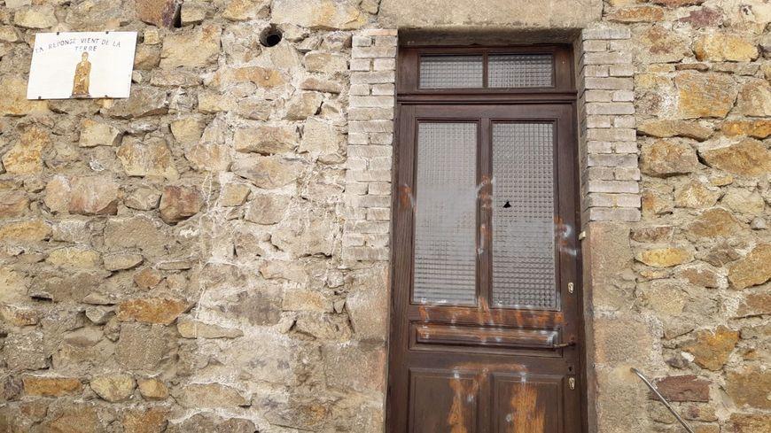 Les tags déja en partie nettoyés sur la porte de la loge maconnique de Serriéres