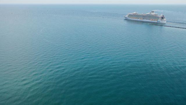 La Symphony of the Seas Cruise Nave, dalla Royal Caribbean Company, riprende, il 27 maggio 2020, da Miami Beach (Florida, Stati Uniti).