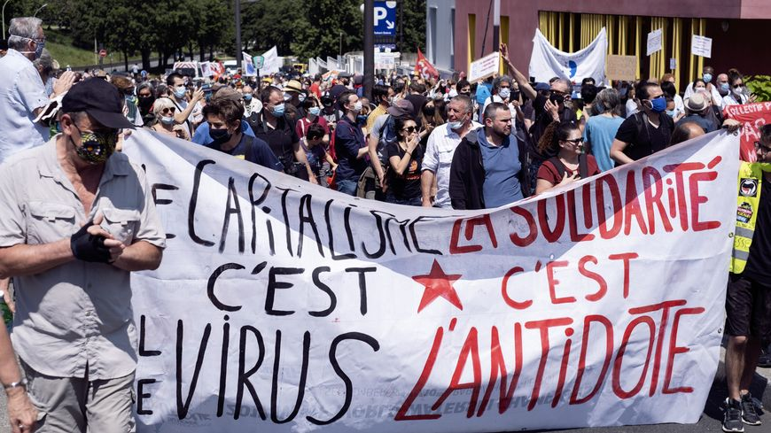 Manifestation de soignants à Paris devant l'hôpital Robert Debré