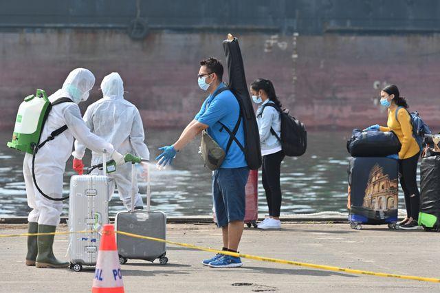 I dipendenti indonesiani della navi da crociera Explorer Dream sono disinfettati prima di essere testati a Covid-19, Jakarta, Indonesia, 29 aprile 2020.'être testés au Covid-19, à Jakarta (Indonésie), le 29 avril 2020.