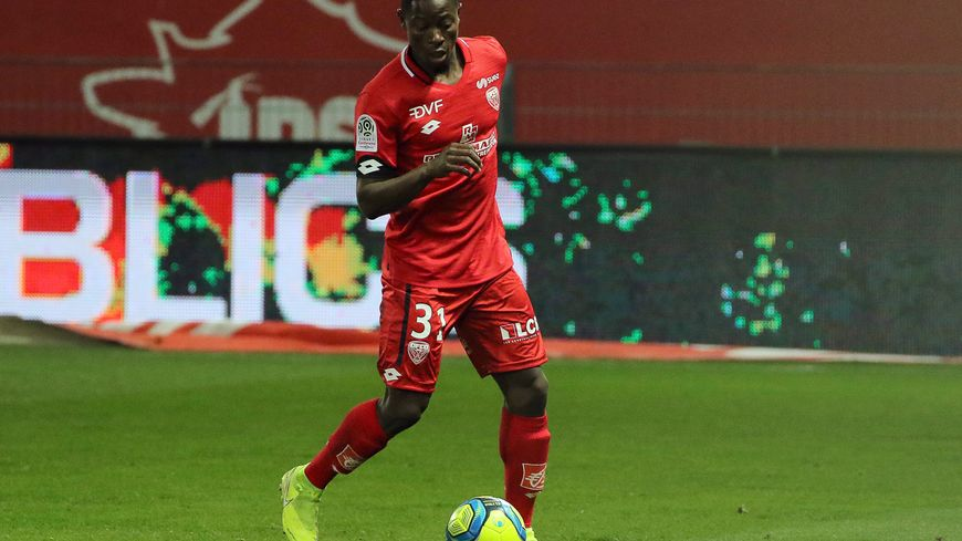 DFCO : le jeune défenseur Ahmad Ngouyamsa signe pro