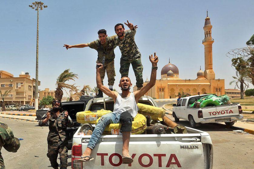 Photo de combattants du  gouvernement d'accord national (GAN) prise le 5 juin 2020 à Tarhuna, en Libye, à environ 65 km au sud-est de la capitale, Tripoli.