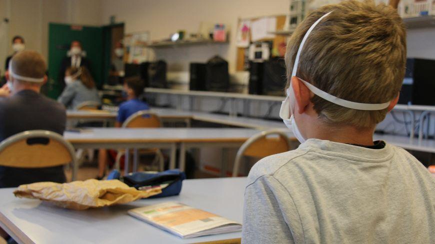 Un élève dans une salle de classe du collège de Jastres à Aubenas en Ardèche. Reprise de l'école. 25 mai 2020.