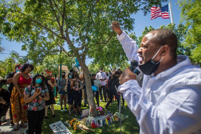 Manifestation à Palmdale (USA) sous l'arbre où a été retrouvé pendu Robert Fuller, le 14 juin 2020