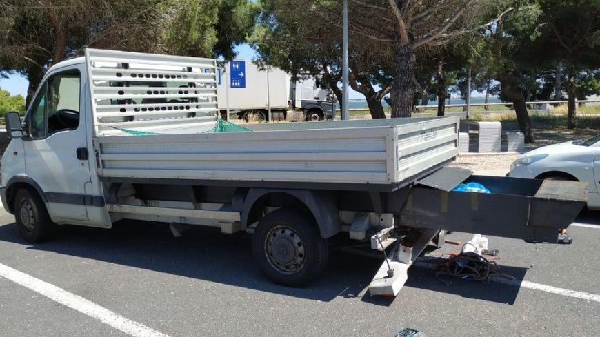 Lors d'un contrôle sur l'A9 dans l'Aude le 10 juin, les douaniers ont découvert 300.000 euros dissimulés dans un caisson caché sous la benne d'un camion.