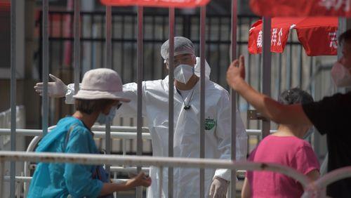 """La pandémie de Covid-19 """"s'accélère"""" avertit l'OMS alors qu'en Guyane, certains parlent de """"crise humanitaire"""""""