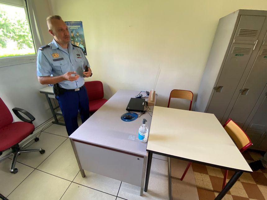 Présentation d'une salle d'audition pour traiter les dossiers de violences intrafamiliales
