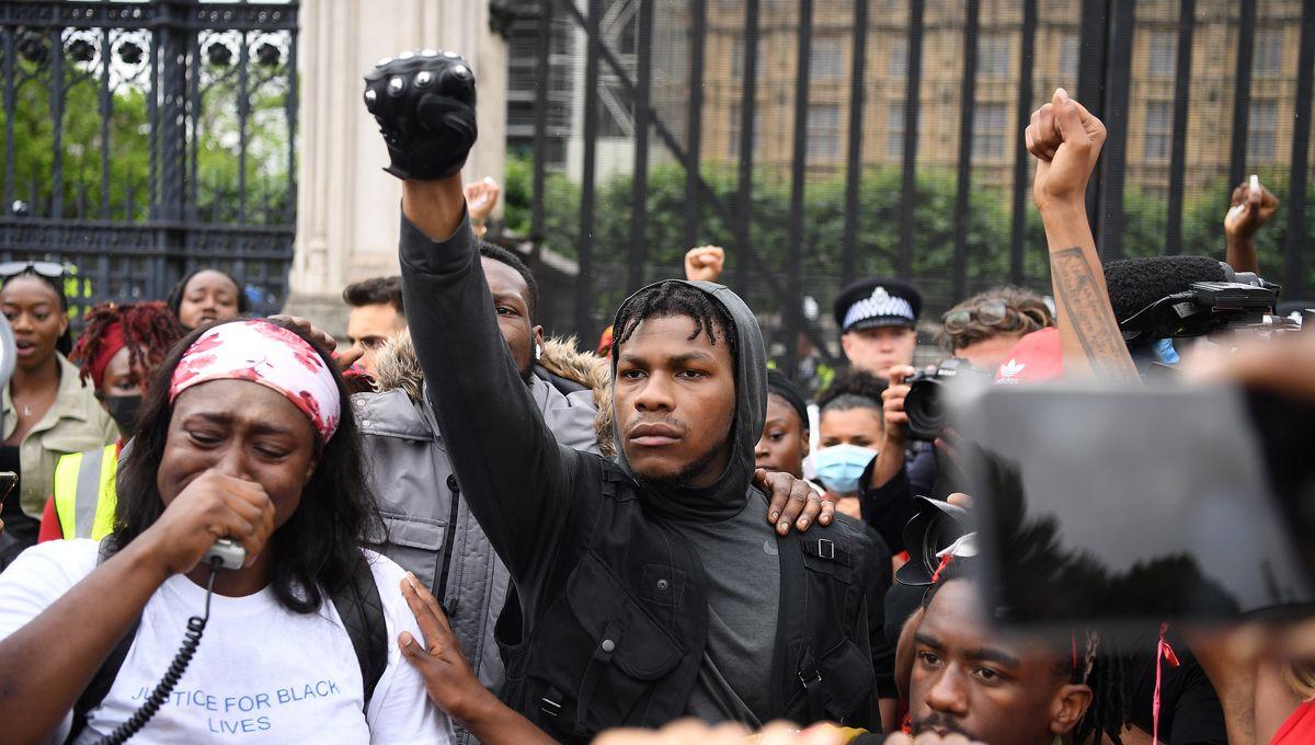 """John Boyega, acteur star de """"Star Wars"""", délivre un message bouleversant  dans les rues de Londres"""