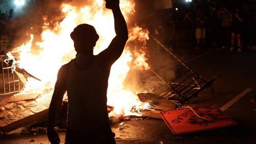 Etats-Unis : les couvre-feux n'arrivent pas à éteindre la colère des manifestants