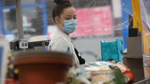 """Caissières, agents de propreté ... : les salariés de la """"deuxième ligne"""" attendent les hausses de salaires promises"""