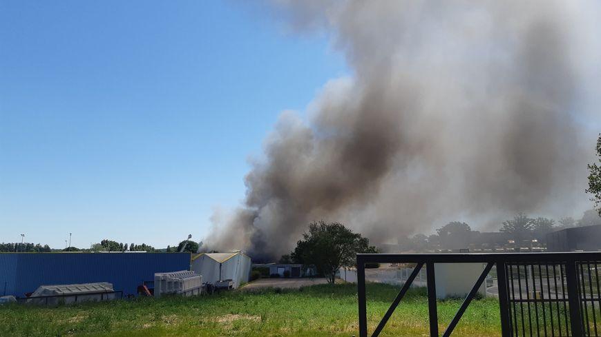 La Gravelle : incendie en cours chez le fabriquant de piscines, Lea Composites