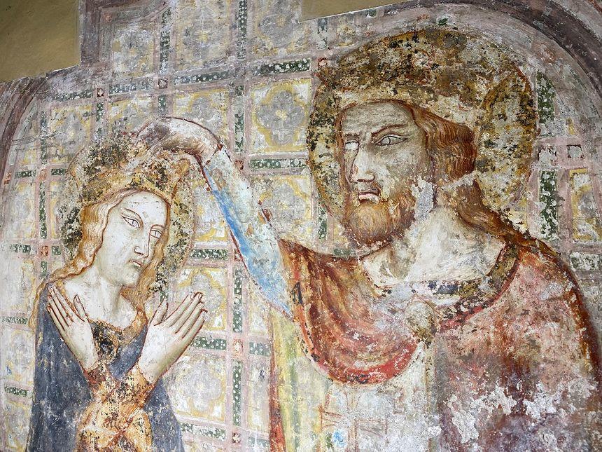 La fresque représente une scène de couronnement de la Vierge.
