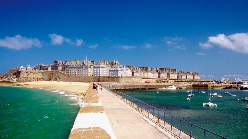 Saint-Malo, la cité corsaire, bâtie face à la mer